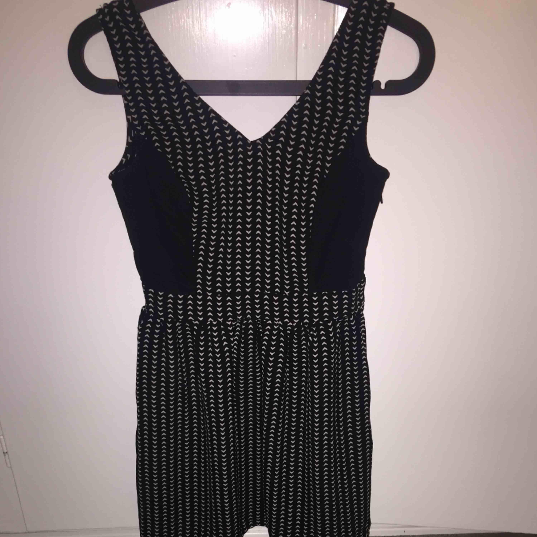 Jättefin klänning med urringning bak och fram. Från H&M DIVIDED. Endast testad. 110 kr med frakt✨. Klänningar.