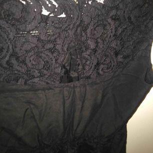 En klänning från WERA Stockholm. Spets på baksidan och en knapp. Materialet känns som silkes. Sitter också fint på. Endast testad. Storlek M, men är mer som S. 200 kr inklusive frakt💕