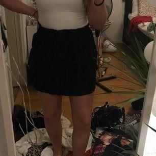 oanvänd kjol från nakd, passar både en s och m