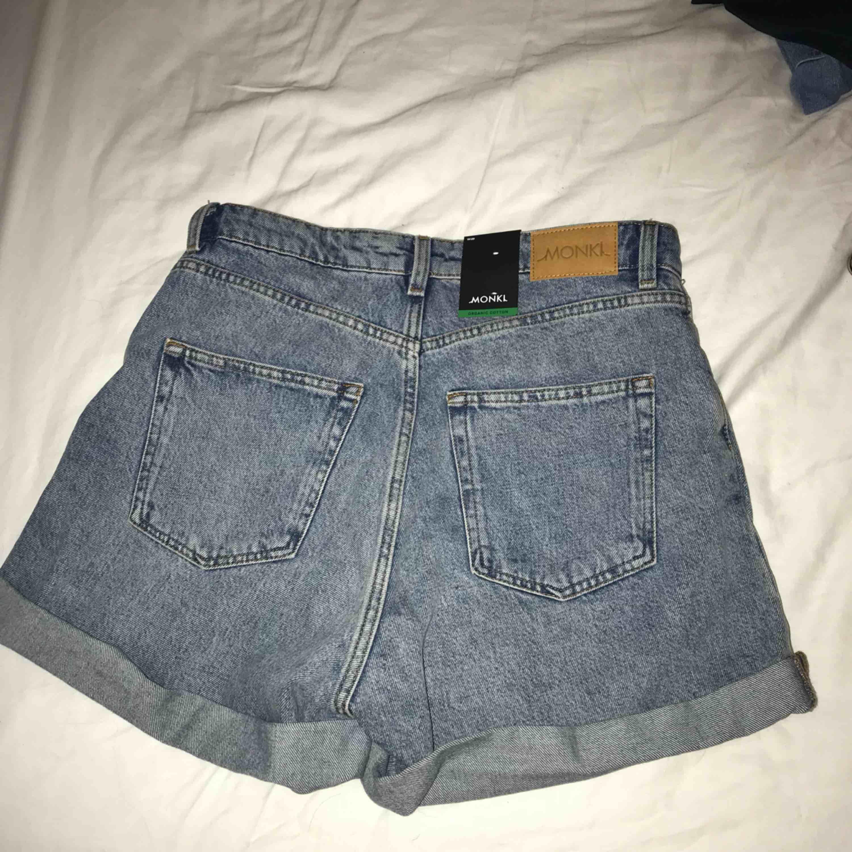 helt oanvända med prislappar kvar. Modellen är mom shorts. Shorts.