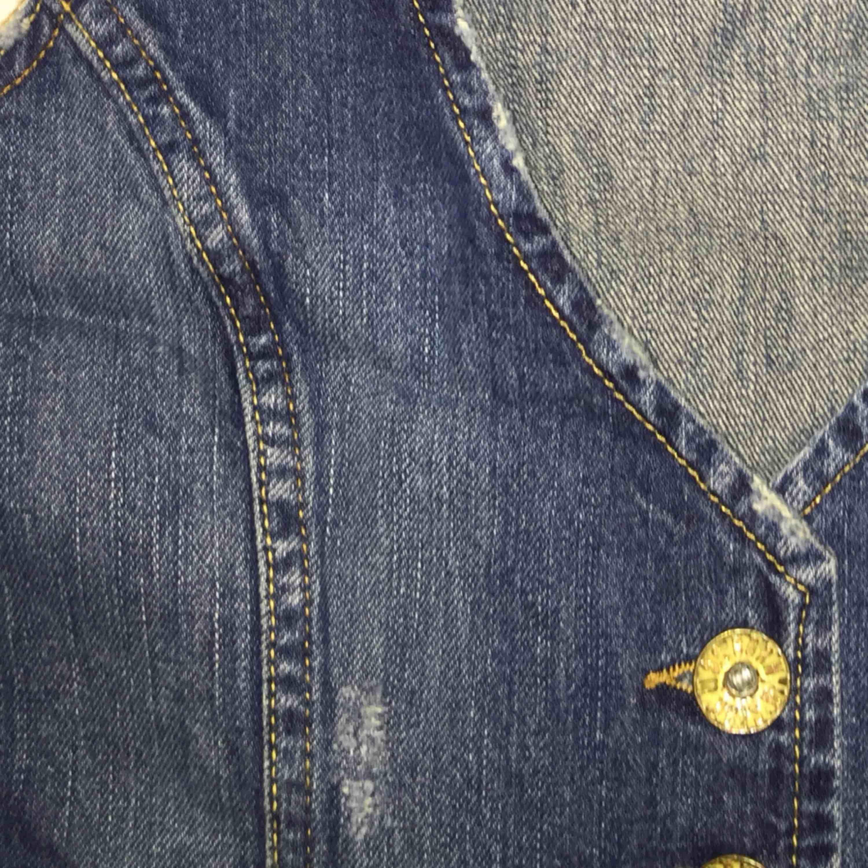 Jeansväst från Crocker. Använd en gång, fint skick. Säljs för 150 kr, det vill säga inklusive frakt💕. Jackor.