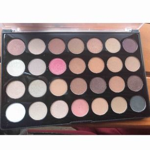 Palett från bh cosmetics, bara använt ca 3 skuggor fåtal ggr. 🥰