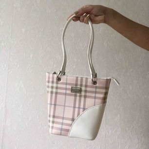 Söt Burberry väska! Vet ej om den är äkta. Fint skick, har bara lite slitning på undersidan☀️ köparen står för frakten på 63kr (postnord spårbar)