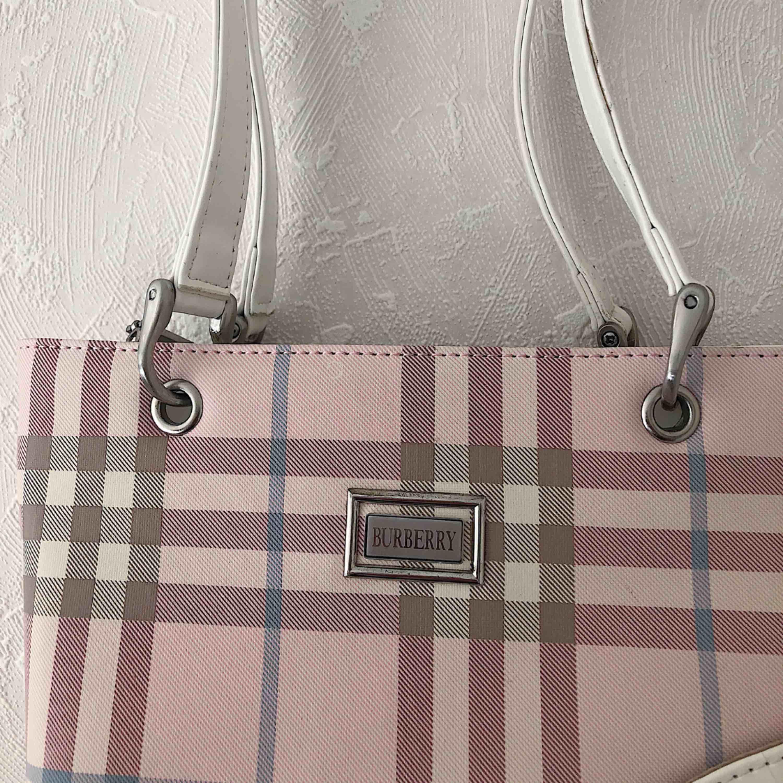 Söt Burberry väska! Vet ej om den är äkta. Fint skick, har bara lite slitning på undersidan☀️ köparen står för frakten på 63kr (postnord spårbar). Väskor.