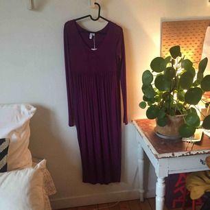Superfin, helt oanvänd mörklila klänning med sprund på ena sidan. Skickar eller möts upp i Stockholm. Köparen står för frakt. Nypris 690kr