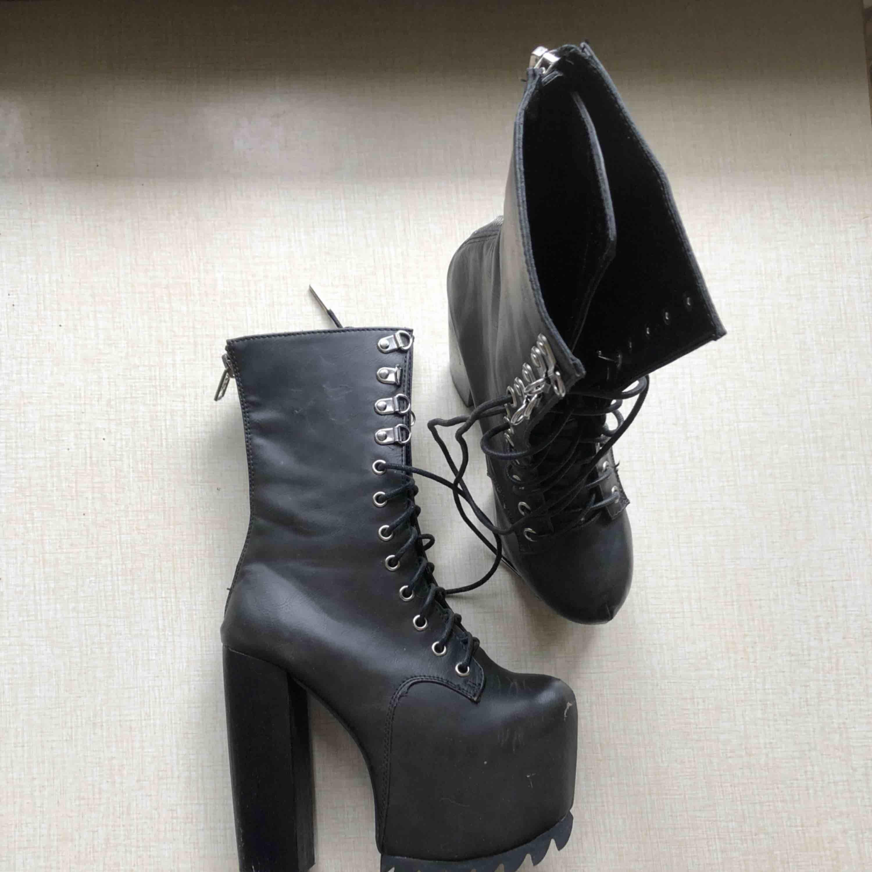 Oanvända skor från DOLLSKILL  . Skor.