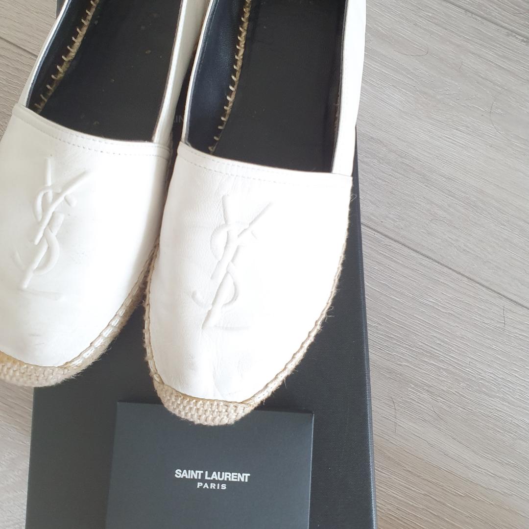 Ysl skor st.38 Vita äkta läder i jättebra skick. Skor.