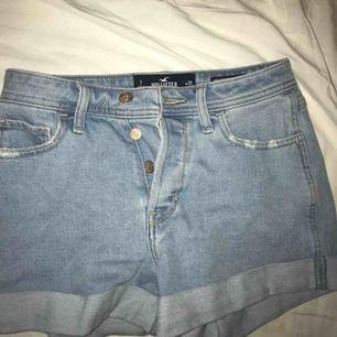 Superfina jeans shorts från hollister helt oanvända! I storlek 25 men passar även mig som har storlek 27 vanligtvis!