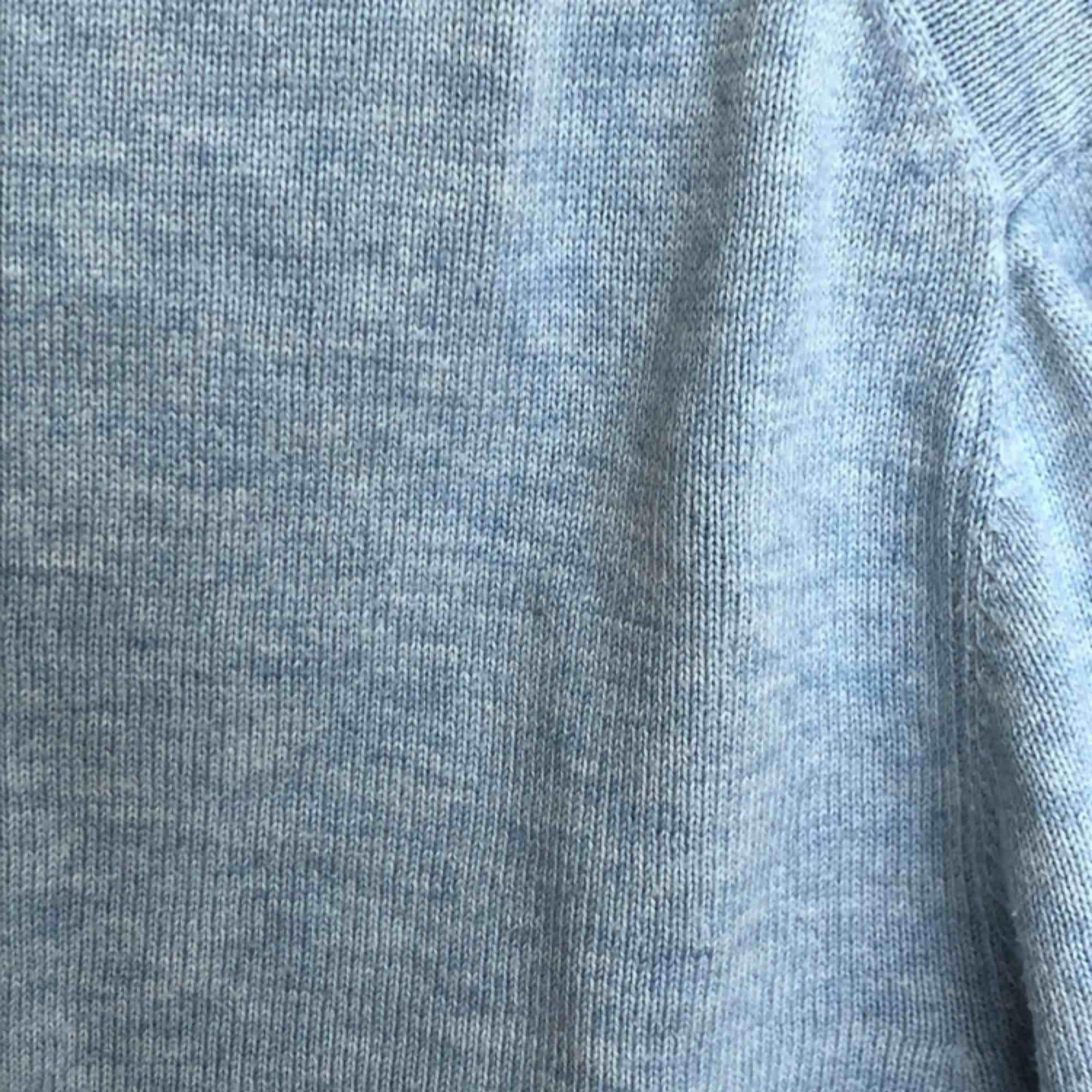 Ett mycket fint plagg i storlek M! Plagget är inköpt secondhand men använts därefter mindre än fem ggr.  Mycket fin färg som inte riktigt kommer ut på första bilden (sen andra och tredje). Tunn och behaglig!. Tröjor & Koftor.