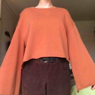 Jättefin tröja med trumpetärm från Weekday. Använd ett antal gånger men är i gott skick. Finns i Halmstad, annars står köparen för eventuell frakt!
