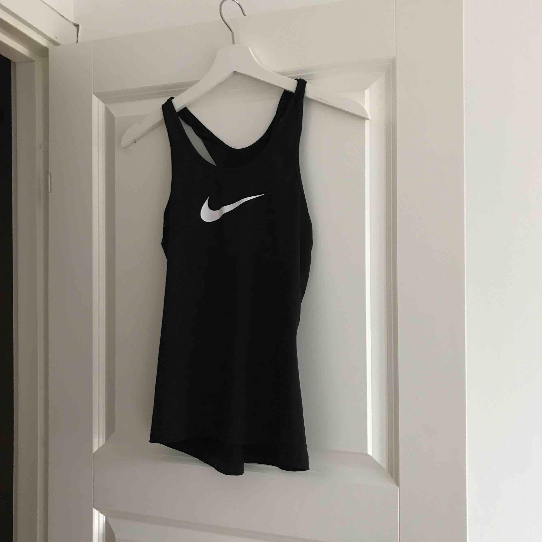 Träningslinne från Nike, använd ett fåtal gånger.   Kan fraktas 🌸. Huvtröjor & Träningströjor.