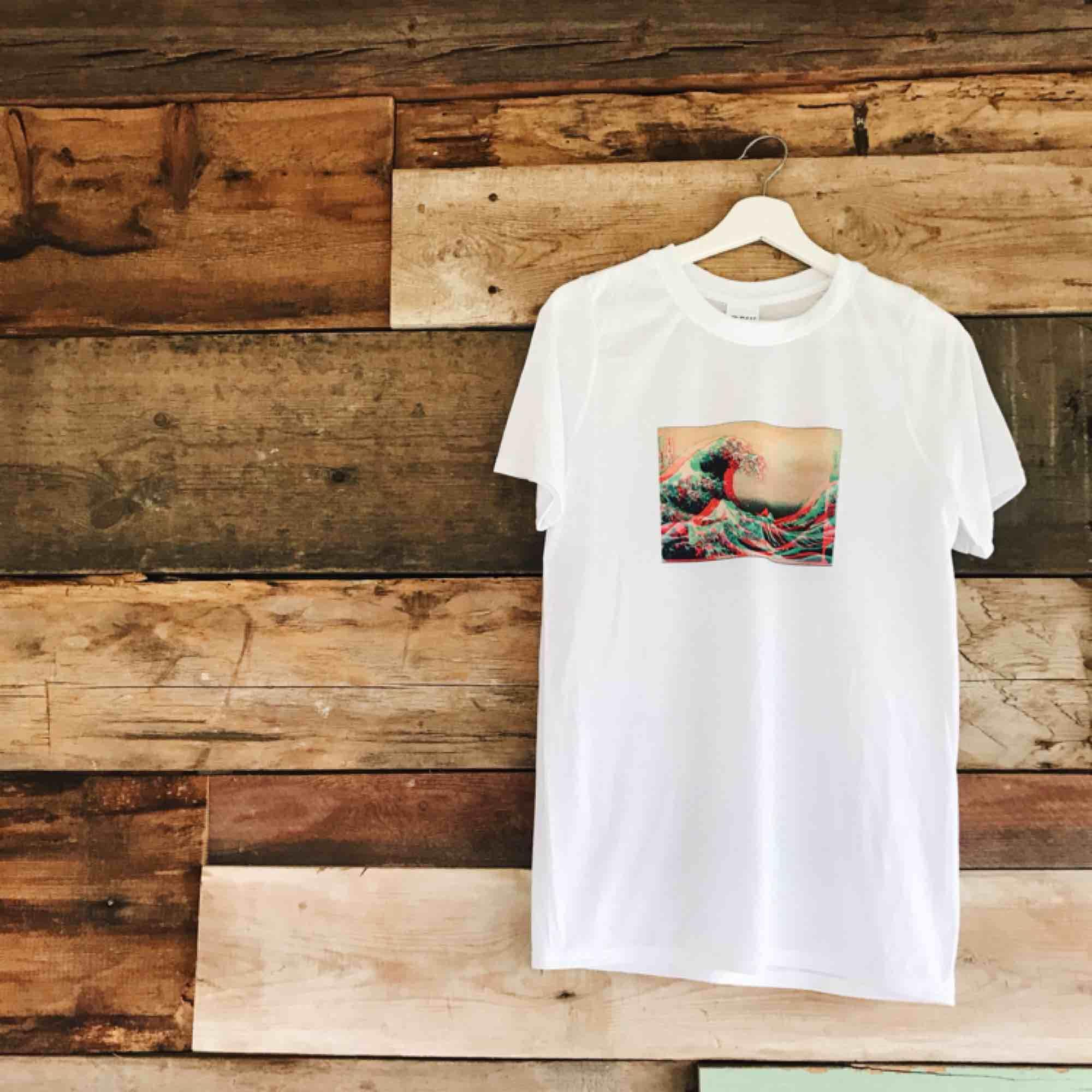 🧨THE GREAT *GLITCHY* WAVE TEE 💥Finns i S-L i en unisex modell🧨Kontaka via plick eller maila theteeandtee@gmail.com för att beställa, önska egna tryck eller ställa frågor💥Betalning sker via swish🧨GRATIS frakt över hela landet!. T-shirts.