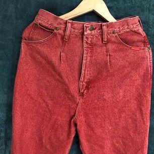 Ett par för stora wrangler jeans! Fin röd färg! Pris kan diskuteras