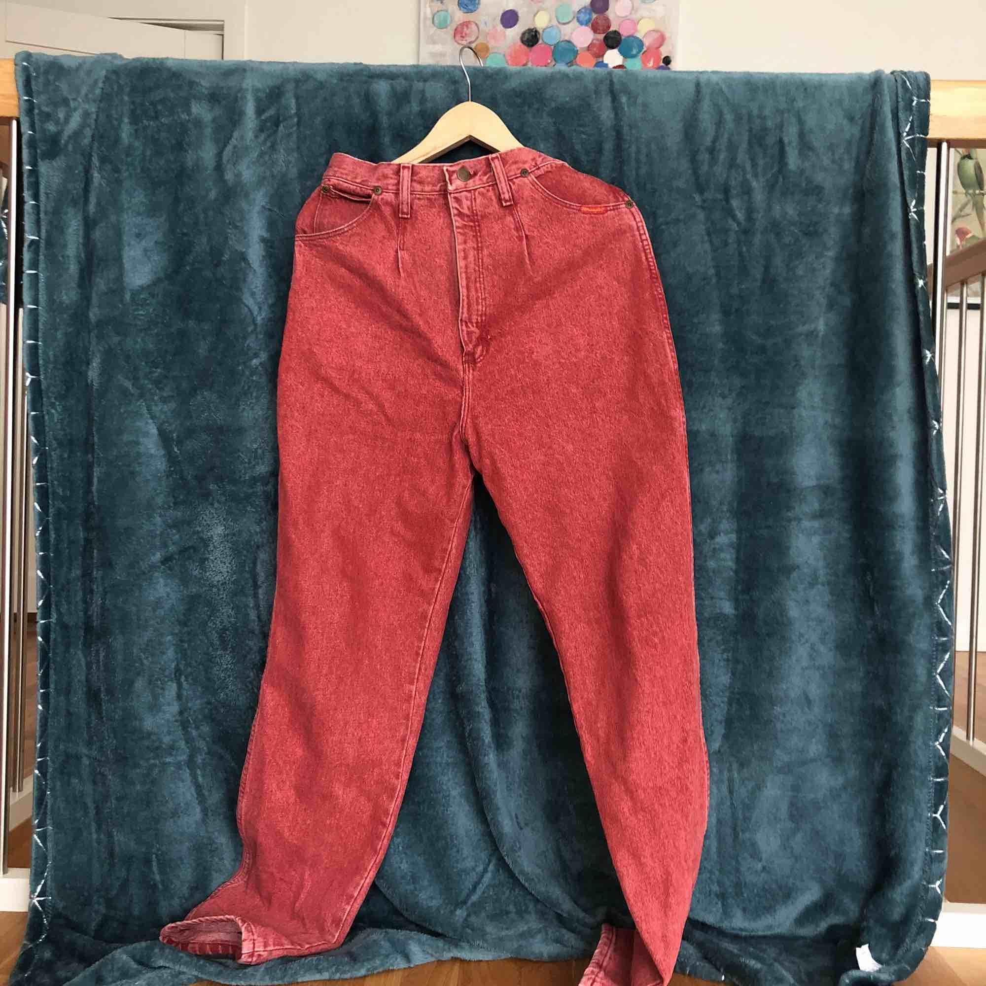 Ett par för stora wrangler jeans! Fin röd färg! Pris kan diskuteras . Jeans & Byxor.