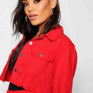 Supersnygg röd cropped denim jacket från Boohoo i storlek 36. Perfekt nu i sommar och till festivaler!!  Tar endast swish och frakt går på 50kr :)) Ifall ni har några frågor eller vill ha bilder på jackan så är det bara att skriva!!