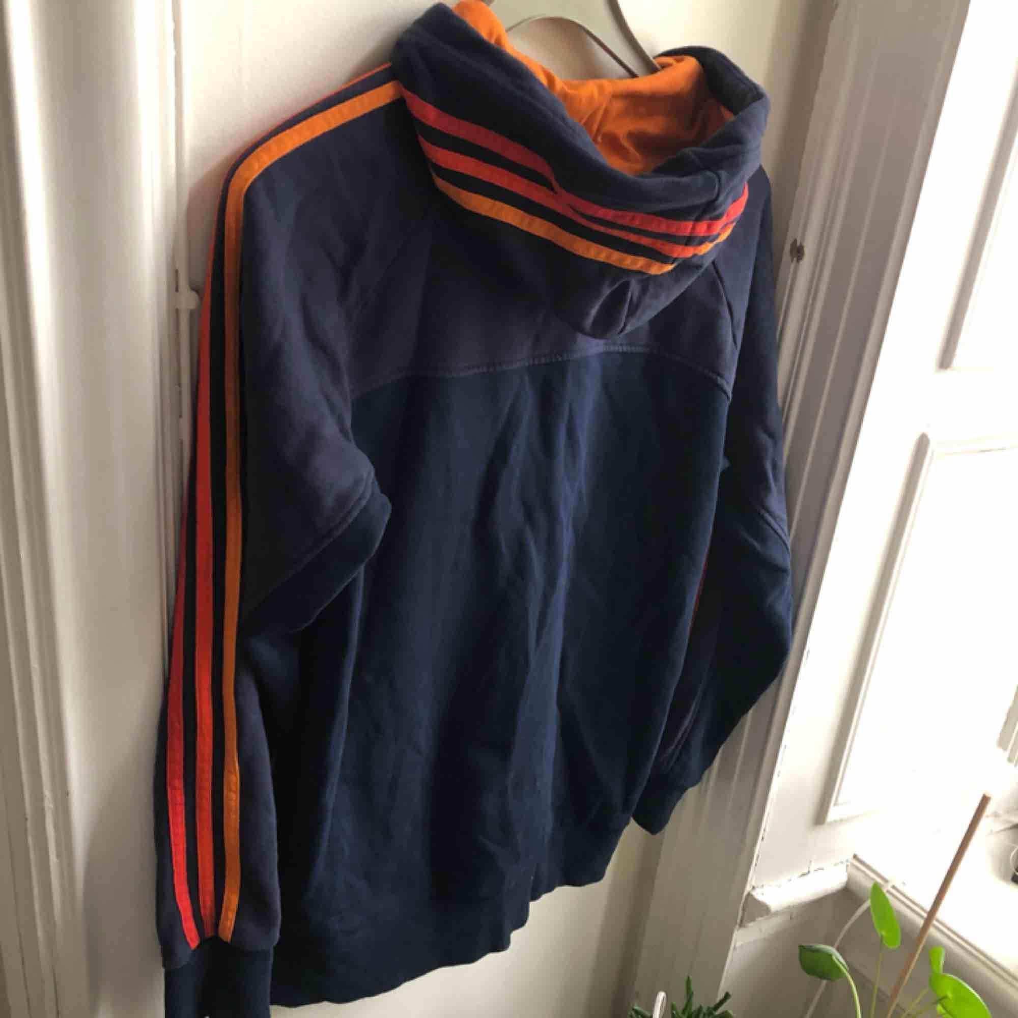 Hoodie från adidas. Väl använd så snyggt urtvättad. Kan hämtas i Uppsala eller skickas mot fraktkostnad . Huvtröjor & Träningströjor.