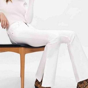 Säljer dessa vita bootcut byxor från Zara, jag säljer de då de aldrig används. Byxorna är mid waisted och de är i väldigt bra skick frakten kostar 40kr och den står du för💗💗