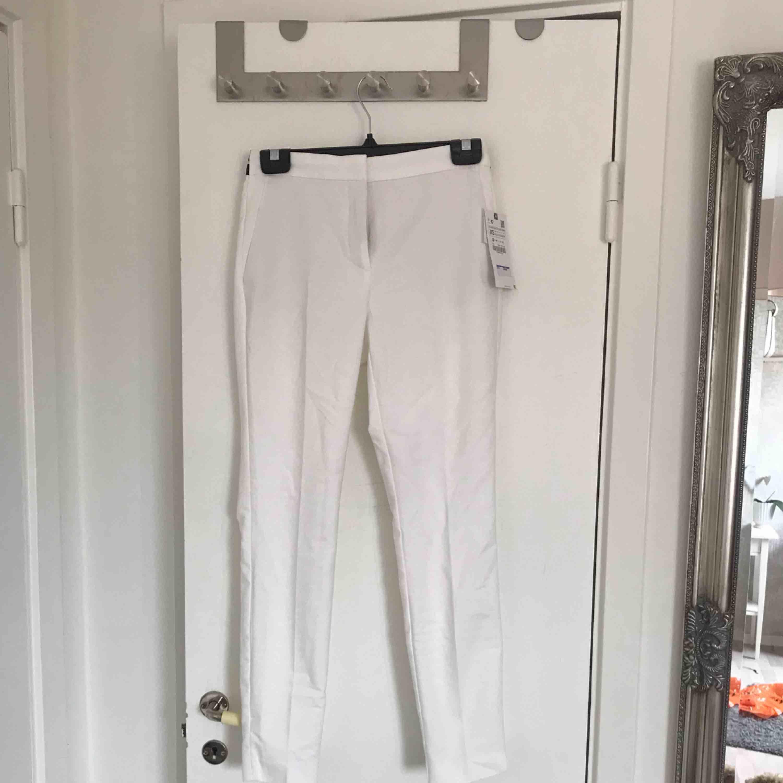 Helt oanvända kostymbyxor från Zara. Säljer pga fel storlek. Köparen står för frakten annars kan de hämtas i Linköping. . Jeans & Byxor.