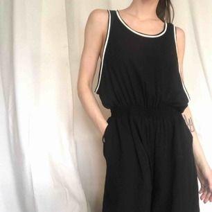 Jumpsuit, oversize med resår i midjan. Skön och luftig, med breda ben, ser nästan ut som en klänning. Endast använd ett fåtal gånger,  Begagnad men i nyskick.  Storleken passar från XXS-S.  100% polyester.