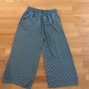Pyjamas känsla på dessa as sköna byxor från Zara. Toppskick!! Frakt 36:-