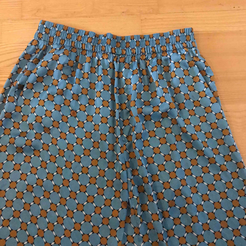 Pyjamas känsla på dessa as sköna byxor från Zara. Toppskick!! Frakt 36:- . Jeans & Byxor.