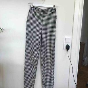 Ett par finfina svart vita checked byxor med tapered fit, riktiga framfickor, hög midja och full längd. XXS-XS. Använda en elr två gånger.