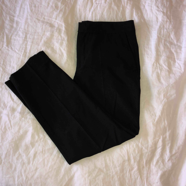 Kostymbyxa från Zara med avsmalnande ben. Normala i passformen, lite lägre i midjan (strax under naveln).  Endast swish. Frakt ingår i priset . Jeans & Byxor.