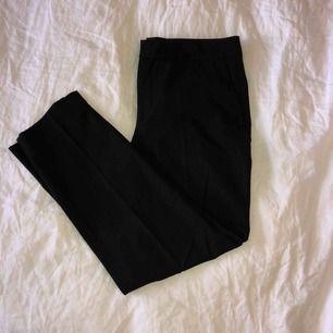 Kostymbyxa från Zara med avsmalnande ben. Normala i passformen, lite lägre i midjan (strax under naveln).  Endast swish. Frakt ingår i priset