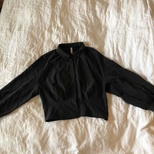 Skjorta med knappar från Zara i strl M. Använd ett fåtal gånger och är fortfarande i nyskick. Färgen på skjortan är väldigt mörk grå.   Betalas med swish. Frakt ingår i priset