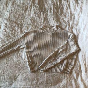 Vit stickad tröja från H&M i strl small. Använd men i väldigt bra skick.  Betalas med swish. Frakt ingår i priset