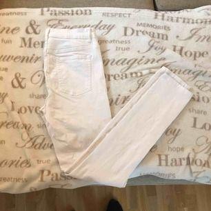 Helt vanliga vita jeans från cubus. Hela och fina. Köparen står för frakt ☺️