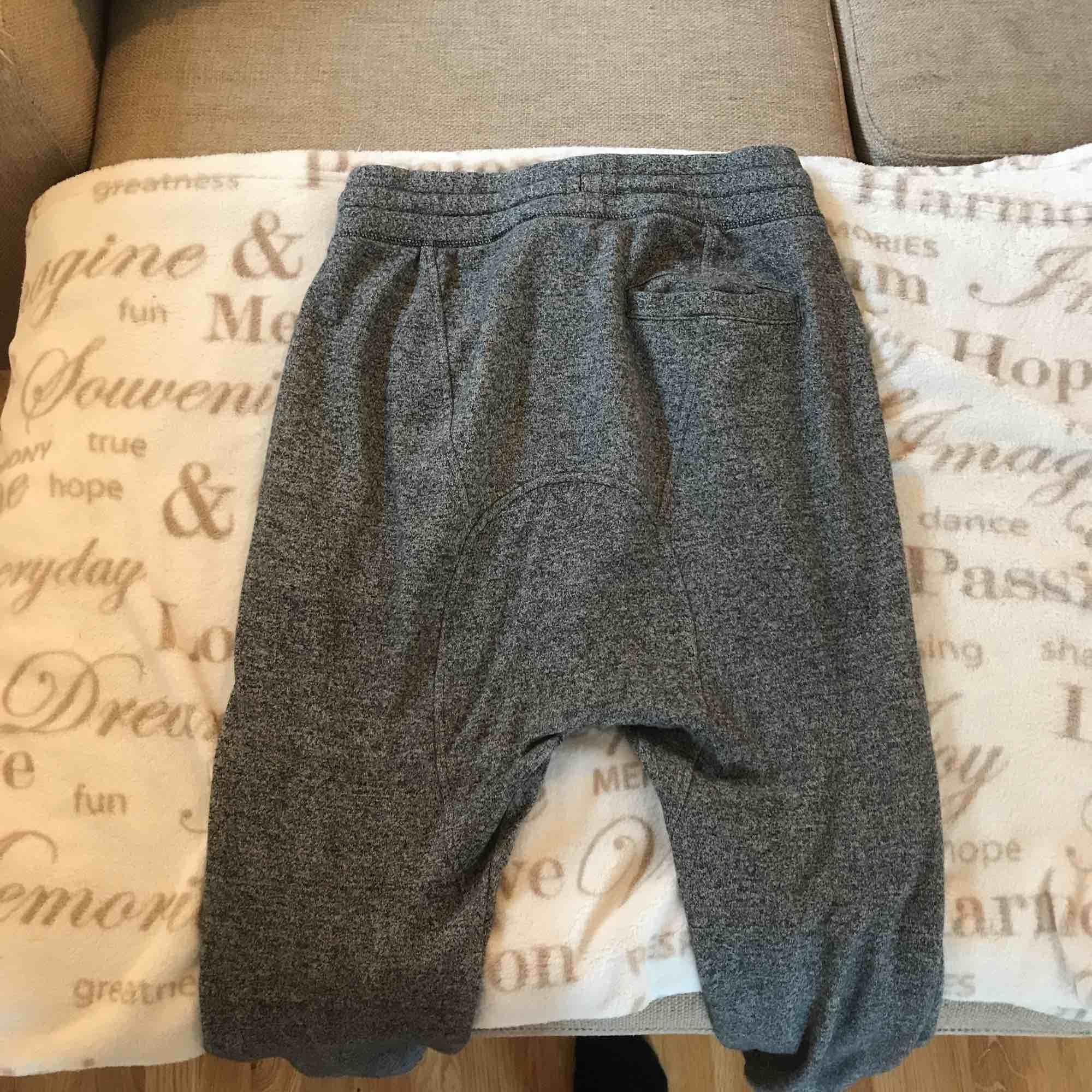Sköna mjukis byxor som jag använt även fast det är för män. Sitter pösigt och har låg gren. Köparen står för frakt ☺️. Jeans & Byxor.