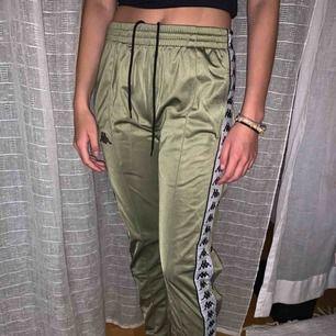 Kappa byxor från JD som använts en gång, de är i toppskick o helt felfria❤️ det syns ej på bild men randen på sidan är reflex! Frakten ligger på ca 50kr men kan mötas upp i centrala Uppsala annars!