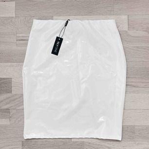 Supersnygg vit latex kjol från Nelly.com! Helt oanvänd med lapp kvar. Frakten ingår i priset✨