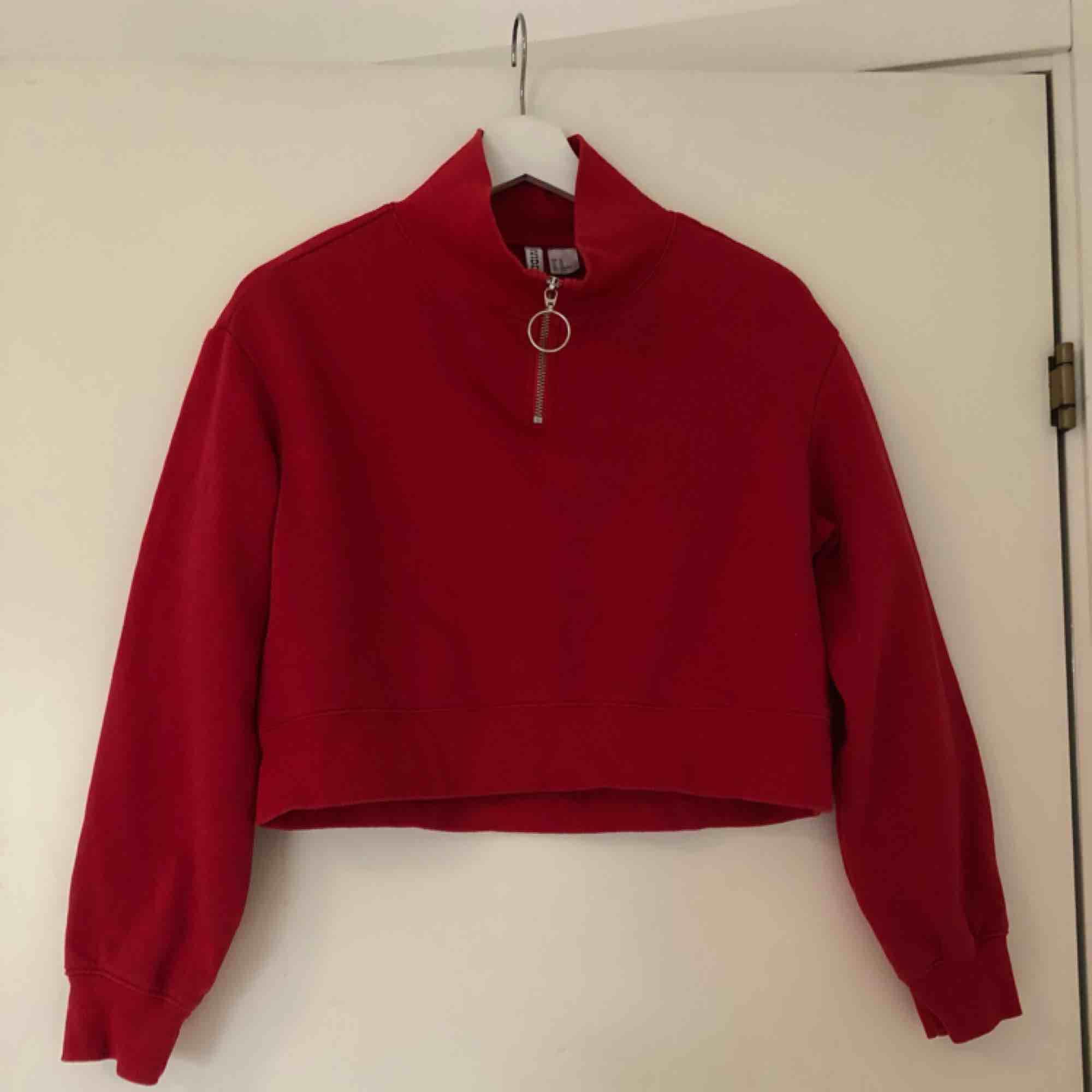 En sweatshirt. Dragkedjan går att dra ner. Går till naveln, alltså cropped. (oversized Modell) frakten blir ca 50-60kr. Huvtröjor & Träningströjor.