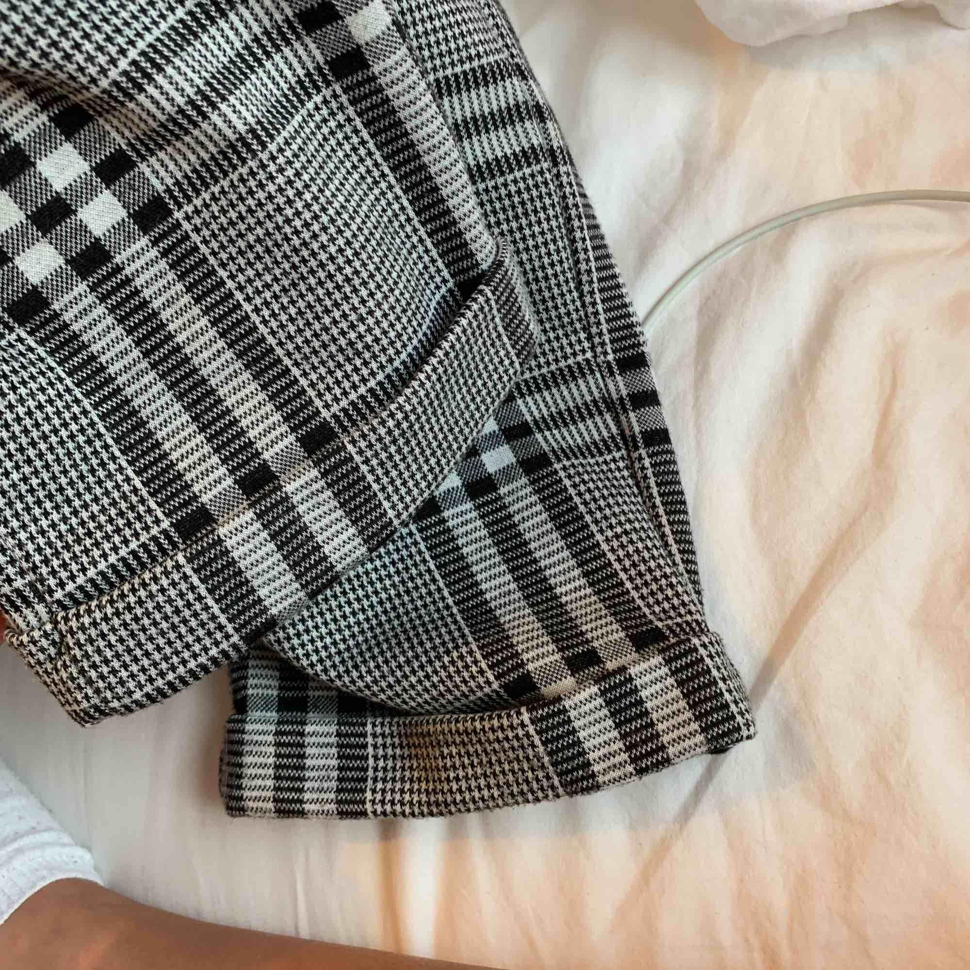 Rutiga AS SKÖNA byxor från gekås, de är i mjukismaterial och det är mycket använda men fortfarande i toppskick o de är mjuka o sköna💞💞 eftersom de knyts med ett band i midjan så kan de justeras mellan small och medium!. Jeans & Byxor.