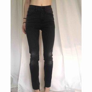 Cheap monday jeans med hög midja och mycket stretch. Mörkgrå med lätt slitning. Använda vid ett tillfälle, nyskick. Passar Strl 25-27 i midja pga mycket stretch, benlängd 30-32  Möts i Stockholm alt. Skickar mot at köparen betalat frakt