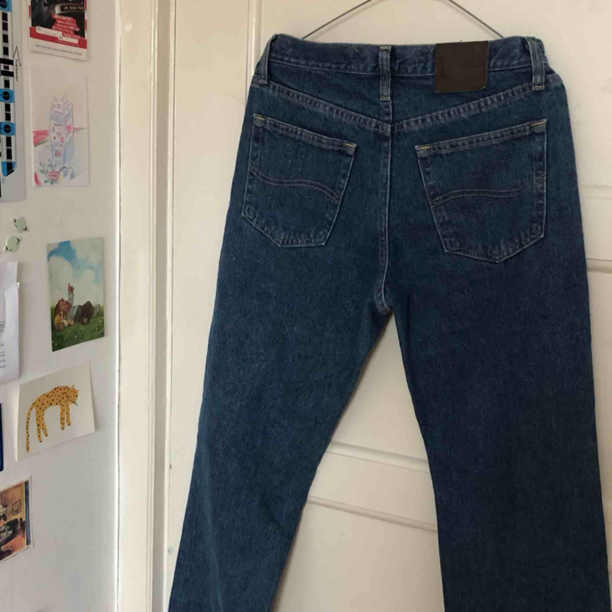 Mörkblå vintage jeans från Lee, inköpta på Beyond Retro i storlek 27 💖 de är ungefär i samma passform som weekdays Voyage fast lite mer midwaist ❤️💙 passar väldigt bra att skejta i . Jeans & Byxor.