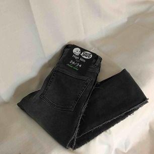 """Cheap monday jeans, """"high skin"""". Grå med rå kant på sidorna. Väldigt stretchiga och sköna. Oanvända pga för långa och lite stora.  Passar Strl 25-27 (midja)."""