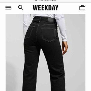 Dem perfekta svarta jeansen med vit markerad söm från weekday i passformen Row! De är avklippta och passar nog någon som är mellan 160-170 cm lång, i storlek 28-30 ❤️💙 jeansen är lite gråare i nyansen irl