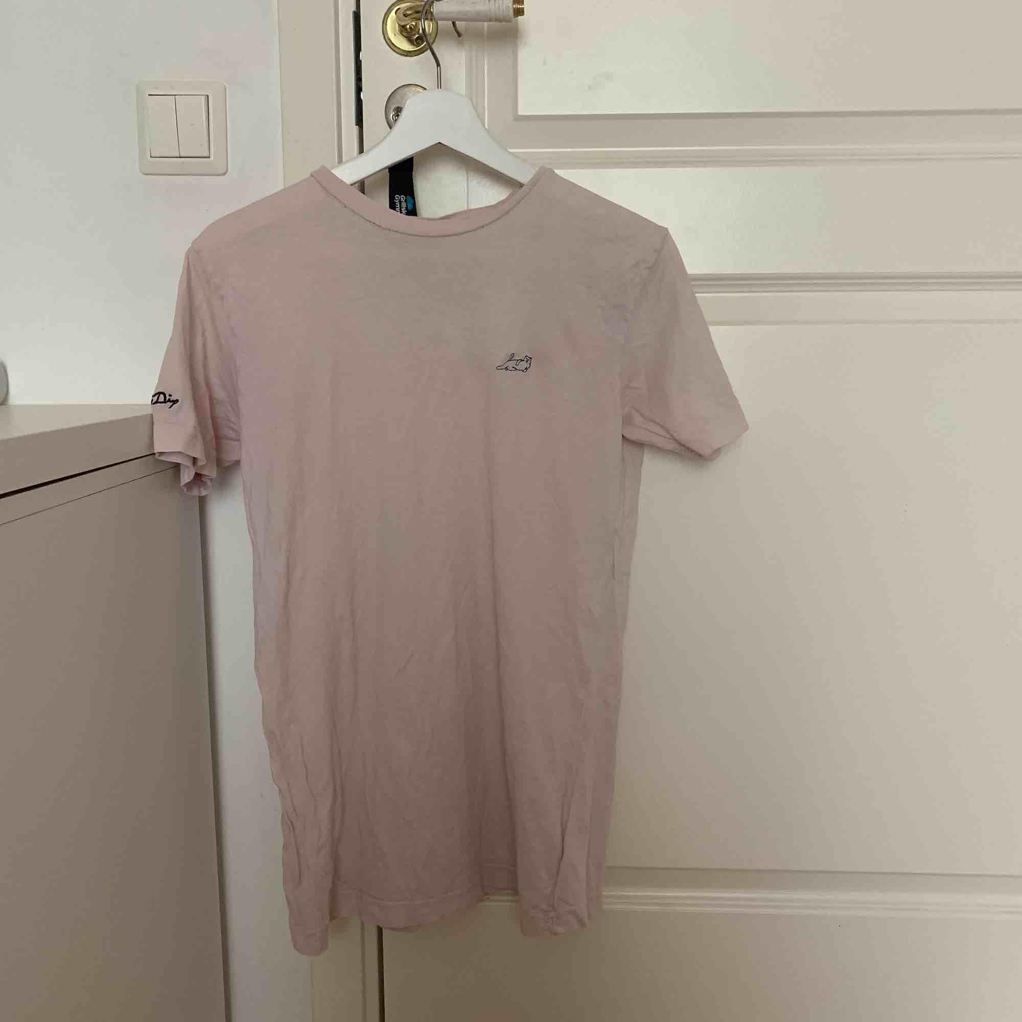 """Tshirt ifrån rip N dip. Knappt använd pga fel storlek men är lite """"skadad"""" vid halsen men det syns knappt på. Möts i Uppsala eller så står köparen för frakt. T-shirts."""
