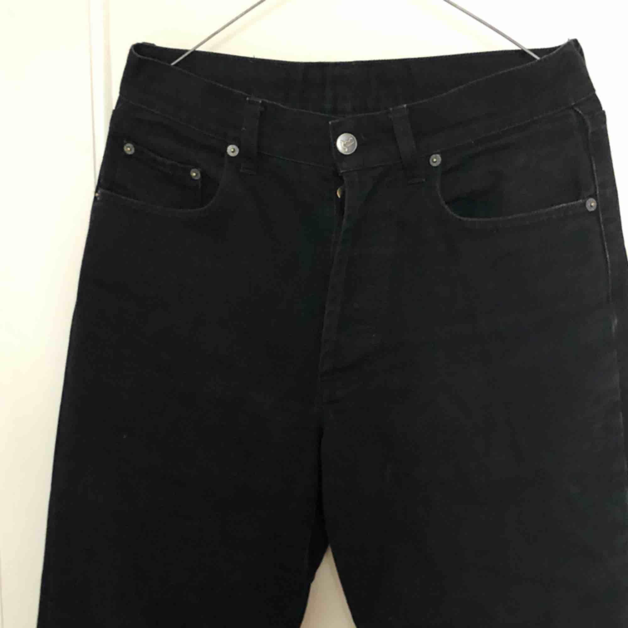 Raka svarta retro mom jeans från Humana i storlek 28 (passar 27-31 beroende på önskad passform) de är raka och stora i modellen❤️💙  passar väldigt bra att skejta i. Jeans & Byxor.