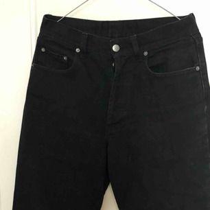 Raka svarta retro mom jeans från Humana i storlek 28 (passar 27-31 beroende på önskad passform) de är raka och stora i modellen❤️💙  passar väldigt bra att skejta i