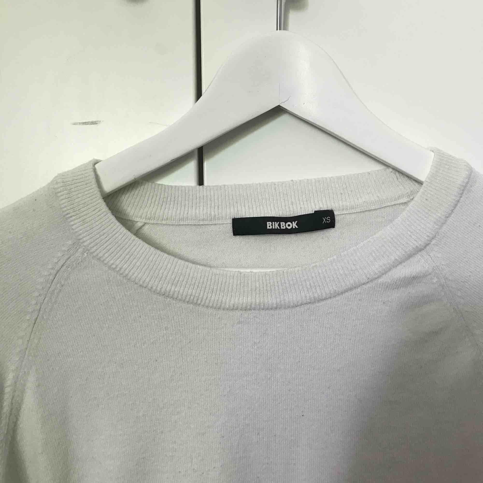 Vit långärmad tröja från bikbok. Köparen står för frakten💙💙. Stickat.