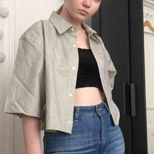 Croppad skjorta med rutigt mönster.