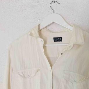 """Superfin skjorta från Cheap Monday. Färgen är lite """"off white"""", alltså inte helt vit. Den är också lite oversize och sitter inte tajt på mig. Använd ett fåtal gånger, inga fläckar. Kan såklart skicka fler bilder! Frakt tillkommer 🌹"""