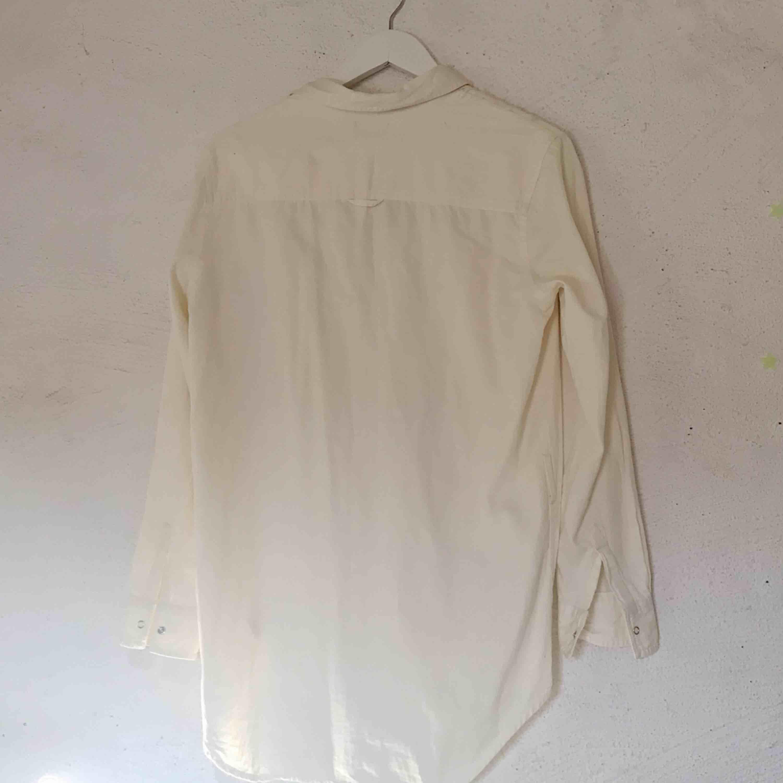 """Superfin skjorta från Cheap Monday. Färgen är lite """"off white"""", alltså inte helt vit. Den är också lite oversize och sitter inte tajt på mig. Använd ett fåtal gånger, inga fläckar. Kan såklart skicka fler bilder! Frakt tillkommer 🌹. Skjortor."""