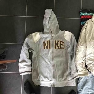 Grå hoodie från Nike! Står XL i men är betydligt mindre, som s/m. Fin och i bra skick😇