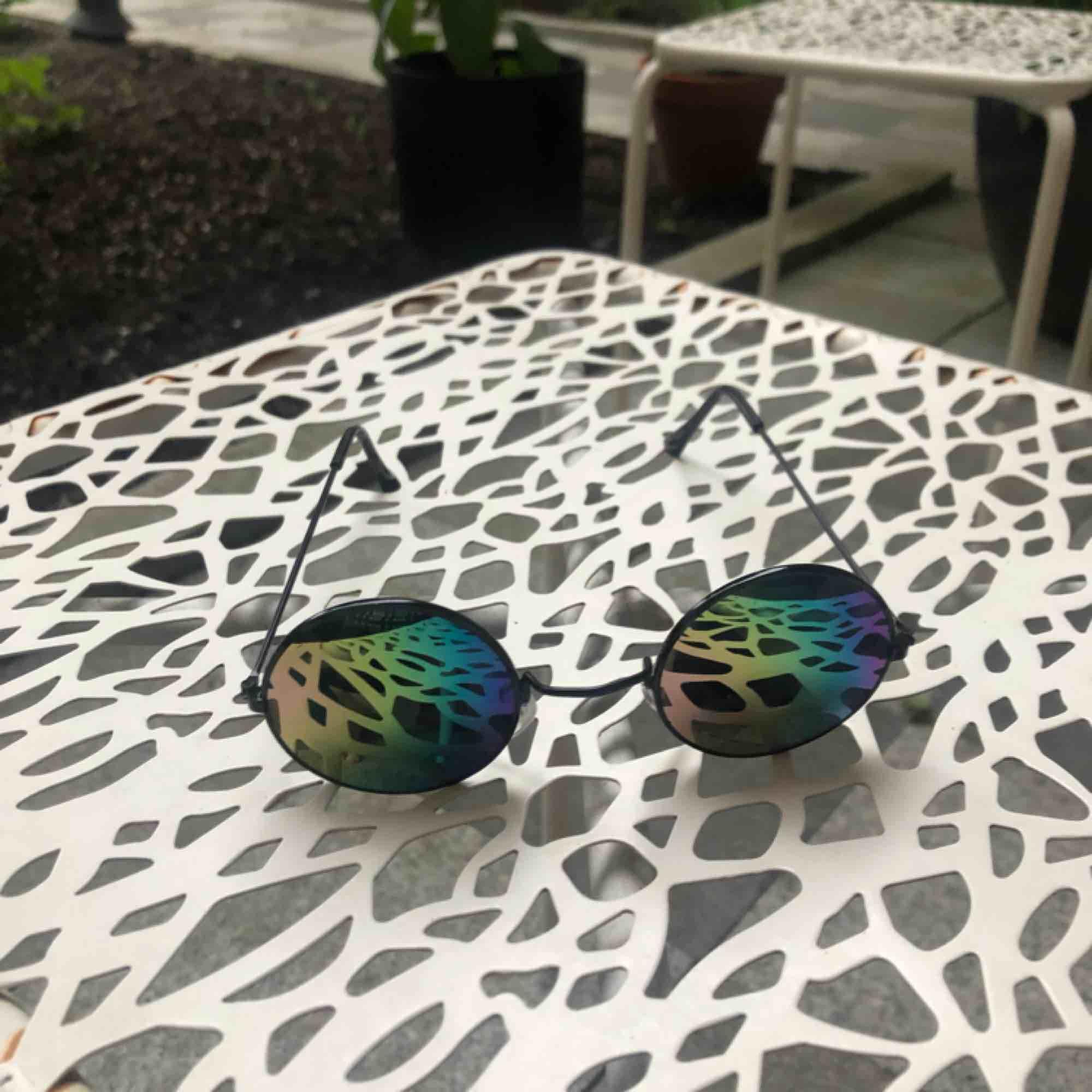 Asballa solglasögon, vet inte märket. De är regnbågsfärgade utifrån men man inifrån typ svarta. GRATIS FRAKT! De är aldrig använda men lite av färgen har försvunnit från ena sidan, så det är silvrigt där, kan skicka bild på de även fast de knappt syns. . Accessoarer.