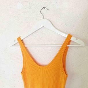 Superfin ribbad orange klänning från H&M. Jag som har kass ljussättning, den är alltså ej tonad utan samma färg hela vägen ner. 🥰 Tyget är väldigt stretch så passar  storlekarna XS-M (kanske L). Kan skicka fler bilder. Aldrig använd! Frakt tillkommer 🌹